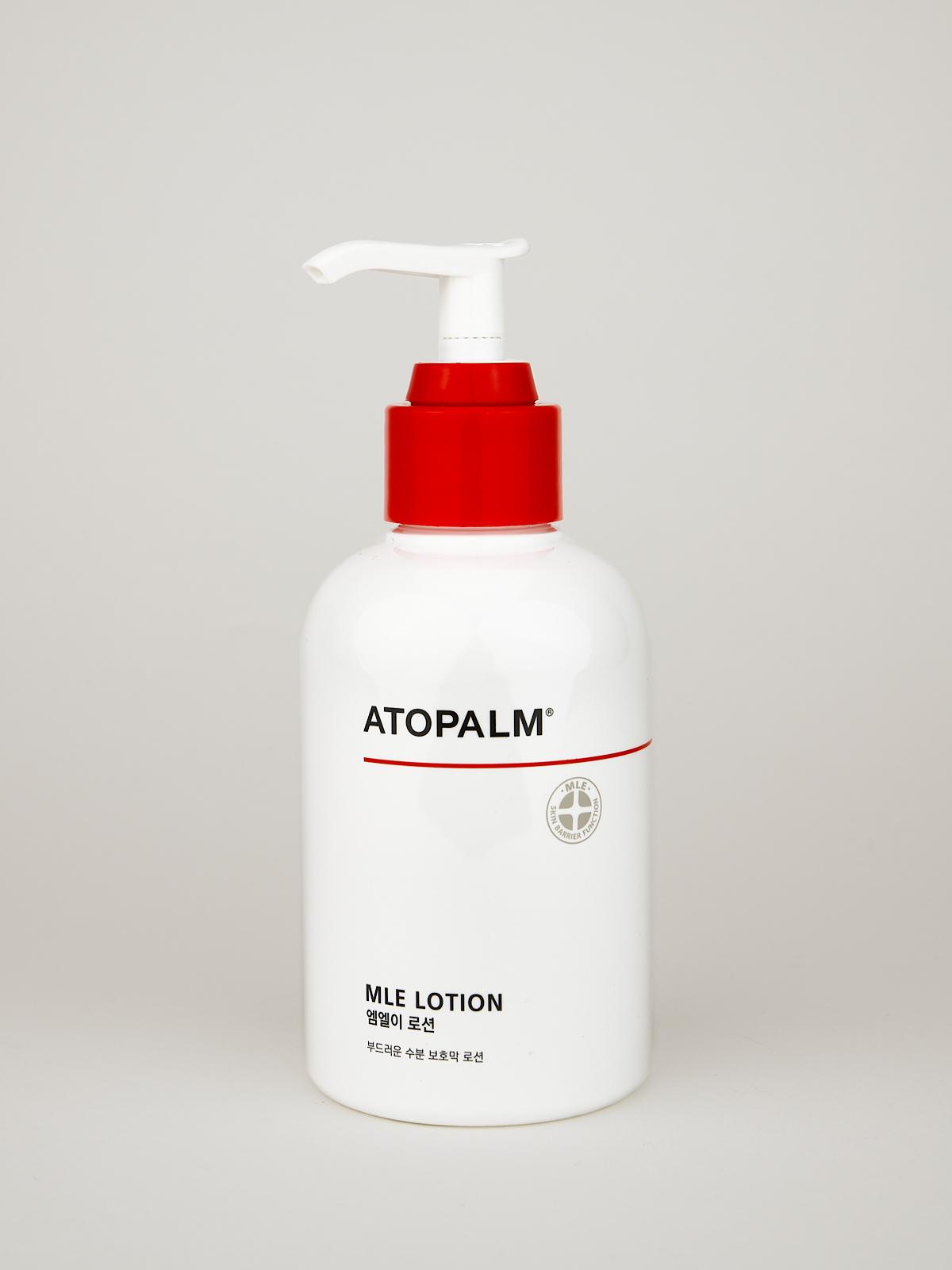 ATOPALM MLE Lotion. Koreanische Body Lotion in weißer Flasche mit schwarzer Schrift, rotem Verschluss und weißem Pump Aufsatz.