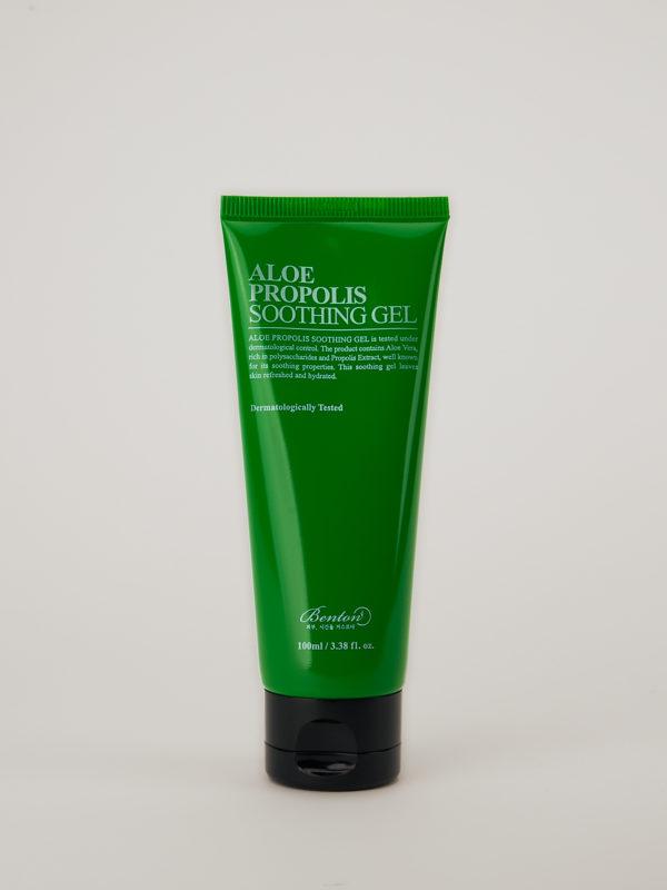 Benton Aloe Propolis Soothing Gel. Die Tube Aloe Lotion hat eine kräftig grüne Farbe und steht auf ihrem schwarzen Deckel.