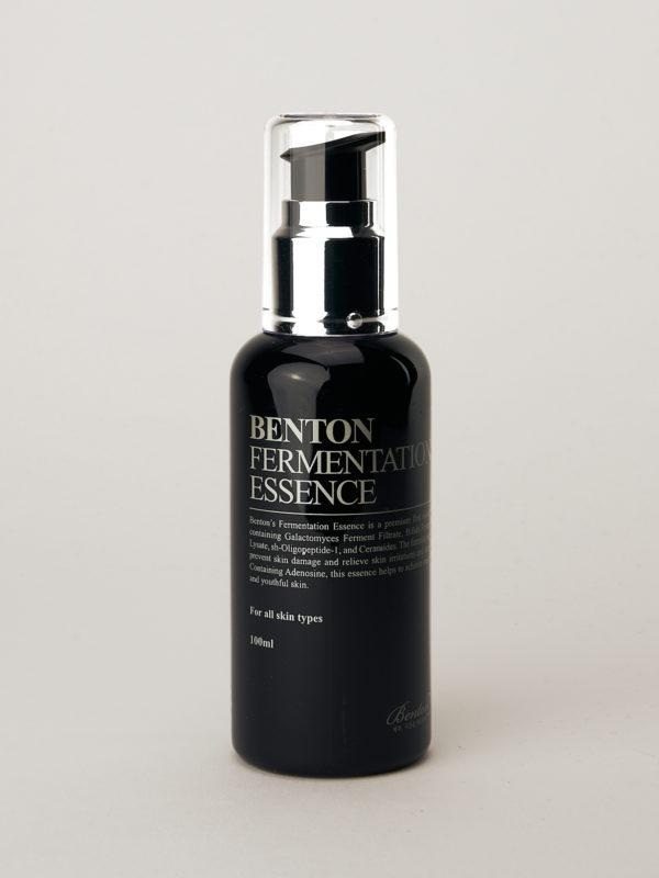 Benton Fermentation Essence. Koreanische Essence in schwarzer Flasche mit silbernem Verschluss und schwarzem Pump Aufsatz.