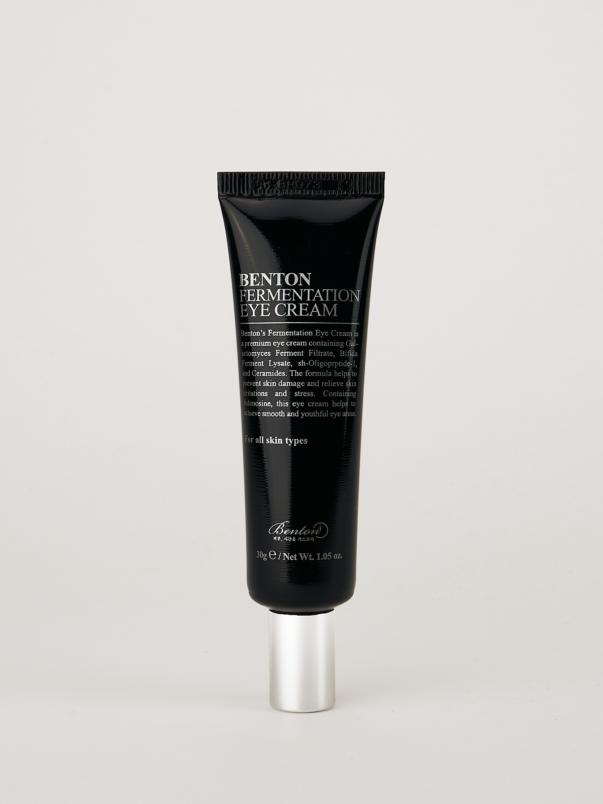 Benton Fermentation Eye Cream. Die koreanische Augencreme ist in eine schwarz glänzende Tube mit silbernem Deckel gefüllt.