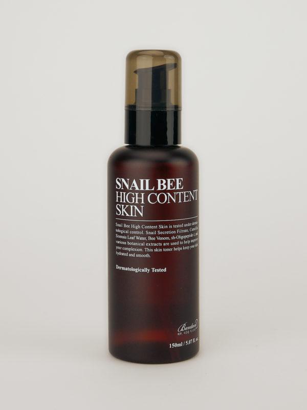 Benton Snail Bee High Content Skin. K-Beauty Toner im Braunen Fläschchen mit weißer Aufschrift und schwarzem Pump Verschluss.
