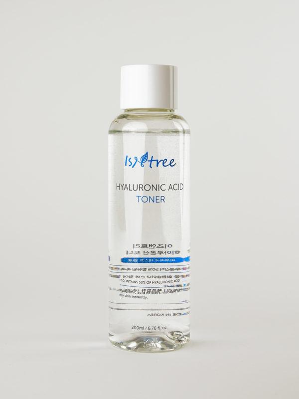 Isntree Hyaluronic Acid Toner. Gesichtswasser mit 50% reiner Hyaluronsäure im durchsichtigen Fläschchen mit weißem Deckel.
